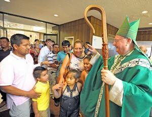 El Obispo Dennis Sullivan saluda a la gente en la Celebración Diocesana de Familias Hispanas de Camden celebrada el 28 de septiembre en la Parroquia de la Divina Misericordia, en Vineland. Foto Alan M. Dumoff, http://ccdphotolibrary.smugmug.com