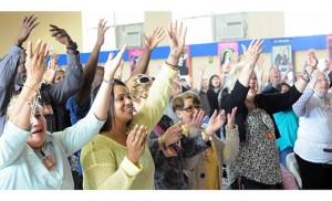Foto Alan M. Dumoff, http://ccdphotolibrary.smugmug.com Los fieles levantan sus brazos en alabanza el 21 de marzo durante el Congreso Mariano en el Centro de la Parroquia Nuestra Señora del Santísimo Sacramento, Landisville. El Padre Ariel Hernandez, párroco, presidió el evento de dos días, el cual comenzó el 20 de marzo e incluyó testimonios, música y una Misa de sanación.