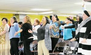Entusiastas participantes cantan durante un día de formación para los líderes del ministerio hispano el 28 de marzo en la parroquia de San Antonio, Camden Foto Alan M. Dumoff, http://ccdphotolibrary.smugmug.com
