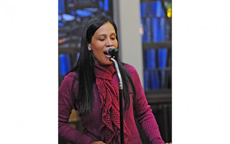 La Cantante Silvia Mariella comparte su testimonio con familias hispanas