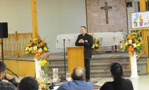 El Padre Pérez destacó la importancia del diálogo y la comunicación entre parejas y familias. Foto Alan M. Dumoff