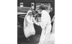 Msgr. Michael J. Doyle, pastor, greets Mother Teresa upon her arrival at Sacred Heart Church, Camden, in 1976. Standing in the background is Msgr. Michael Mannion. Photo by James A. McBride