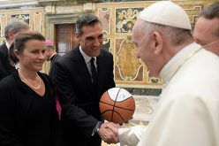 Pope greets delegation from Villanova University